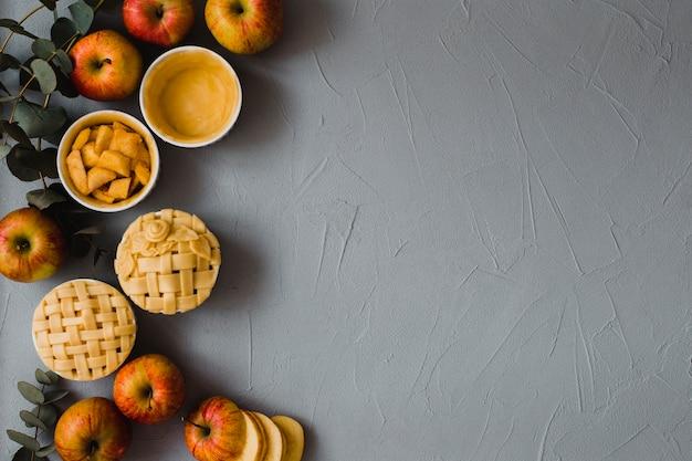 Mele e torte su sfondo di gesso Foto Gratuite