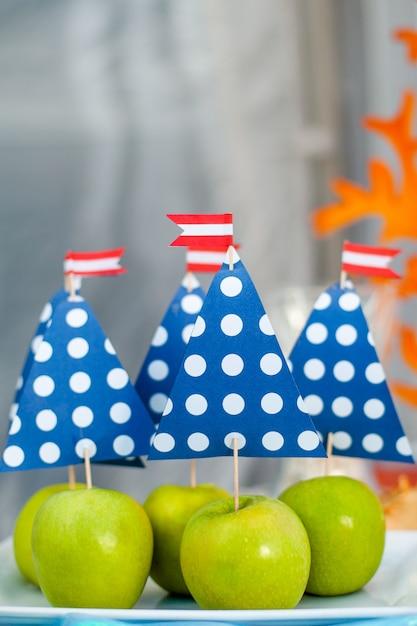 Mele verdi con vela di carta. tema del tempo di mare sul candy bar della festa Foto Premium