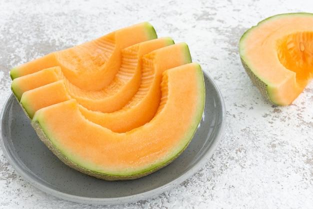 Melone su sfondo bianco Foto Premium
