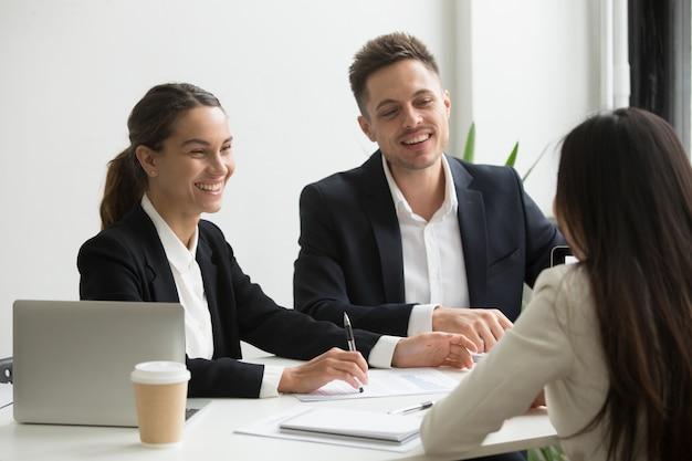 Membri del team amichevole chiacchierando ridere insieme durante la pausa ufficio Foto Gratuite