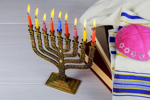 Menorah di hanukkah con candele accese felici Foto Premium