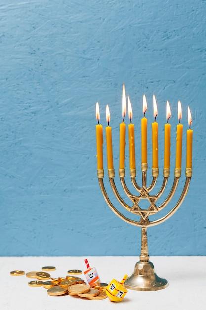 Menorah ebraica tradizionale con candele Foto Gratuite