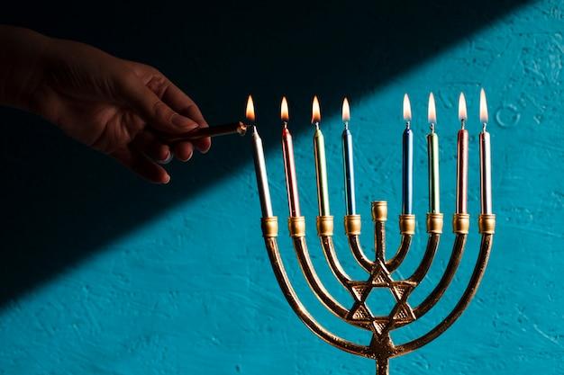 Menorah tradizionale di hanukkah con candele Foto Gratuite