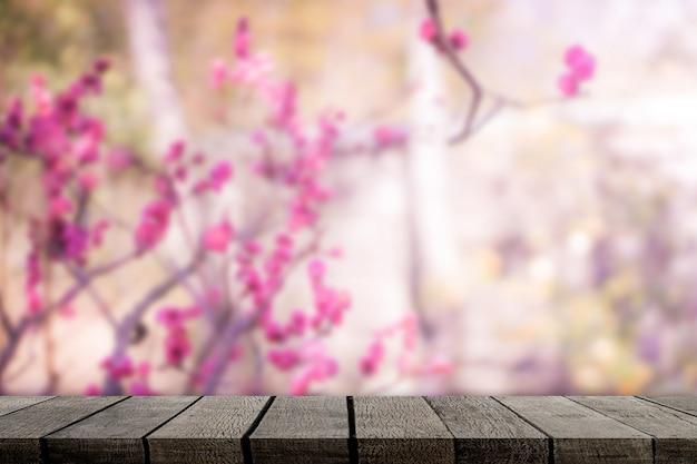Mensola di legno vuota su sfondo sakura per la visualizzazione del prodotto Foto Premium