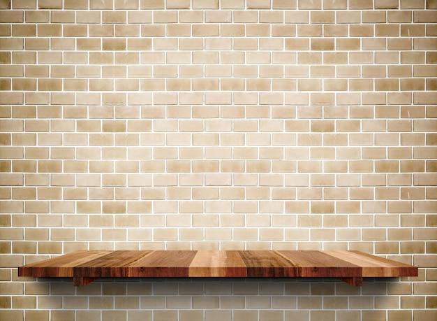 Mensola di legno vuota sul mattone del grunge Foto Premium