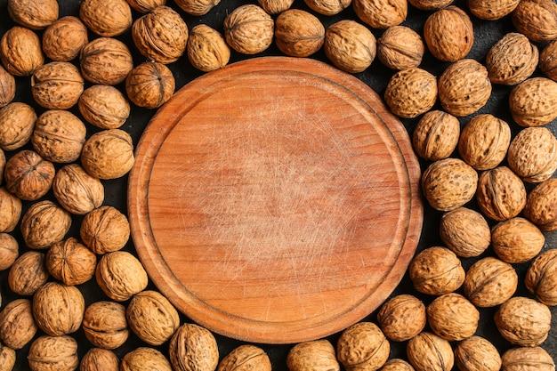 Menu di noci, gustoso e salutare (nocciole, noci intere). sfondo di cibo. copyspace. vista dall'alto Foto Premium