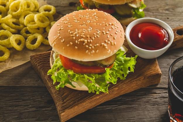 Menu fast food con hamburger delizioso Foto Gratuite