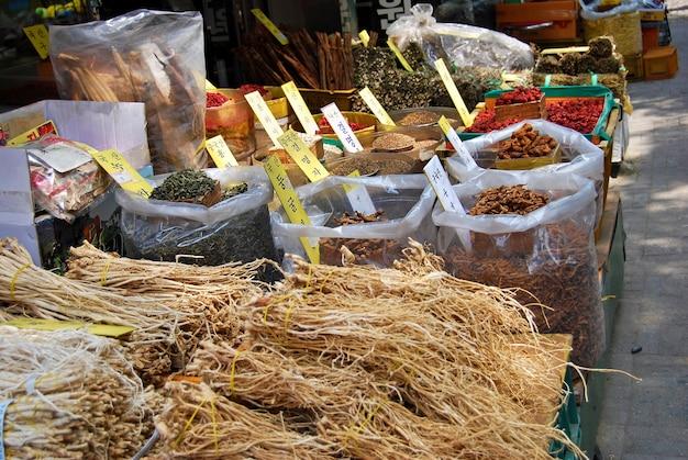 Mercato asiatico di erbe piante essiccate Foto Gratuite