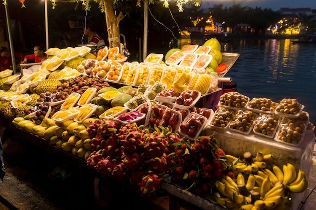Mercato dell'alimento della via di notte del vietnam con i frutti Foto Premium