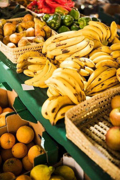Mercato della frutta con varie colorate frutta e verdura fresca Foto Gratuite
