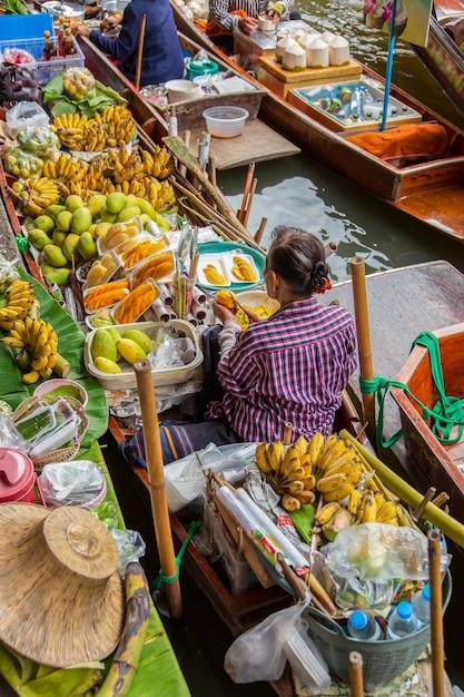 Mercato di galleggiamento di damnoen saduak vicino a bangkok in tailandia Foto Premium
