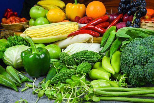 Mercato giallo e verde rosso assortiti della frutta matura fresca che raccolgono prodotti agricoli - cibo pulito dell'alimento sano misto del fondo di frutta e delle verdure per la salute Foto Premium