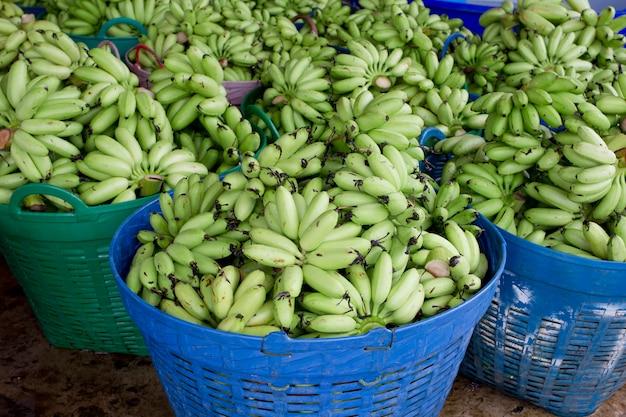 Merce nel carrello verde del pacco della banana pronta a vendere Foto Premium