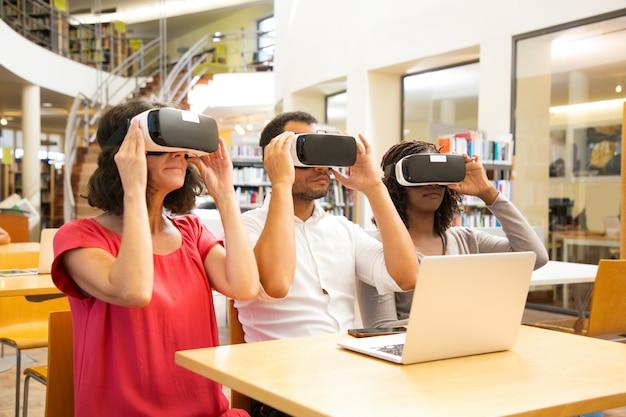 Mescola il team di studenti adulti che indossano occhiali vr Foto Gratuite
