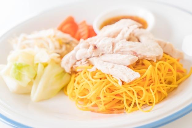 Mescolare fritto noodle con pollo Foto Gratuite