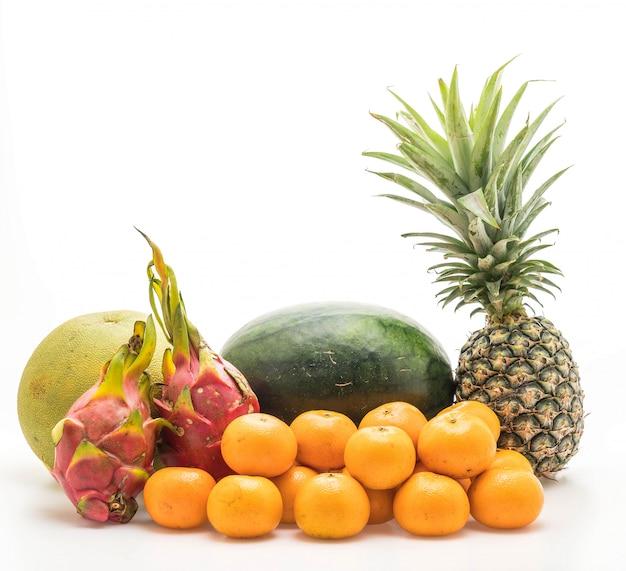 Mescolare frutta isolata Foto Premium
