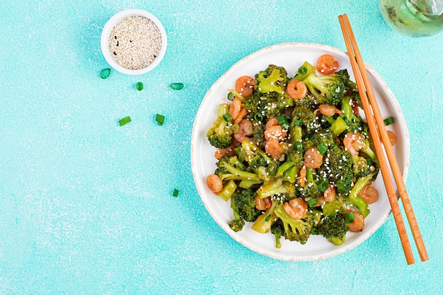 Mescolare i gamberi fritti con broccoli da vicino su un piatto. gamberi e broccoli. vista dall'alto, dall'alto Foto Premium