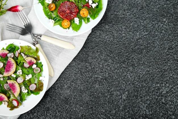 Mescolare le insalate. vegan, vegetariano, cibo pulito, dieta, concetto di cibo. Foto Premium