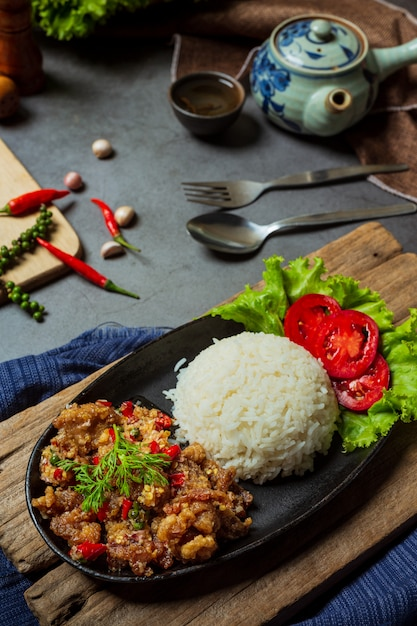 Mescolare maiale fritto, sale e peperoncini, decorato con ingredienti alimentari tailandesi. Foto Gratuite