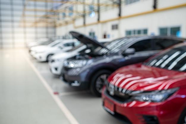 Messa a fuoco selettiva di colorful cars stock nel parcheggio, lot cars row. Foto Premium