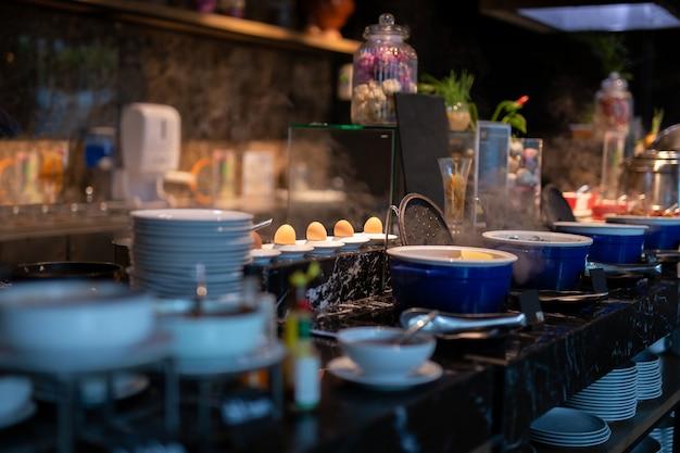 Messa a fuoco selezionata di uova bollite sul piatto in linea a buffet per la colazione. Foto Premium