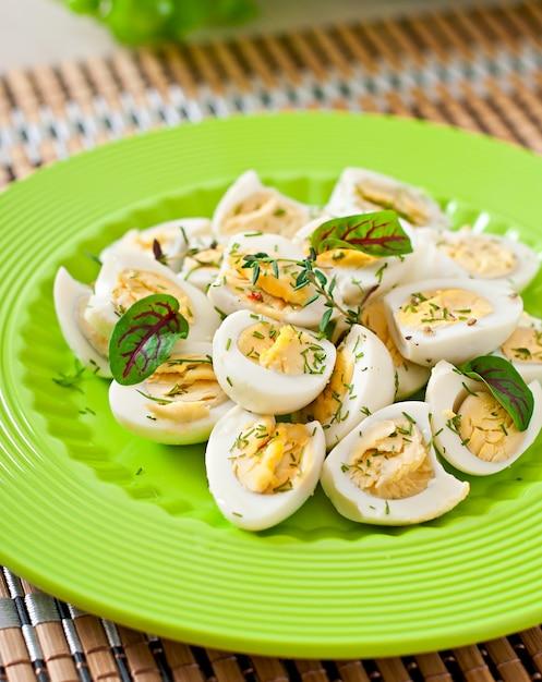 Metà bollite delle uova di quaglia su un piatto verde Foto Gratuite