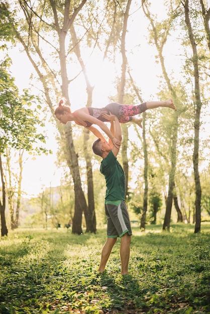 Metà di coppie adulte facendo uso dei trucchi acrobatici nel parco Foto Gratuite