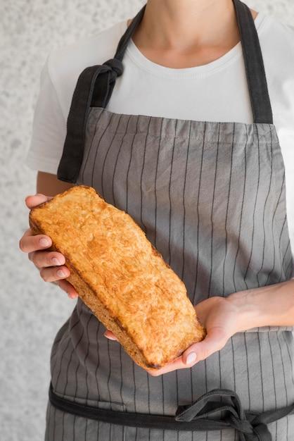 Metà di pane di banana della tenuta della donna del colpo Foto Gratuite