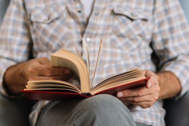 Metà di uomini che girano le pagine del libro Foto Gratuite
