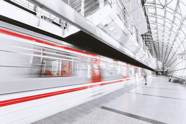 Metro sfocato Foto Gratuite