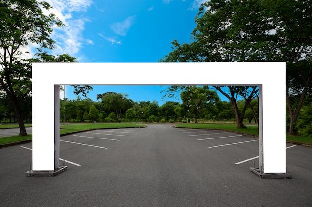 Metropolitana quadrata gonfiabile in bianco dell'arco o portone dell'entrata di evento nel parco Foto Premium