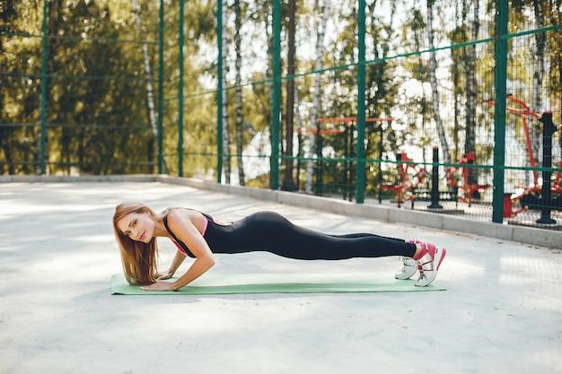 Mette in mostra la ragazza in un parco dell'estate di mattina Foto Gratuite