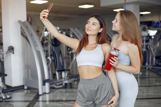 Mette in mostra le ragazze che si allenano in una palestra di mattina Foto Gratuite