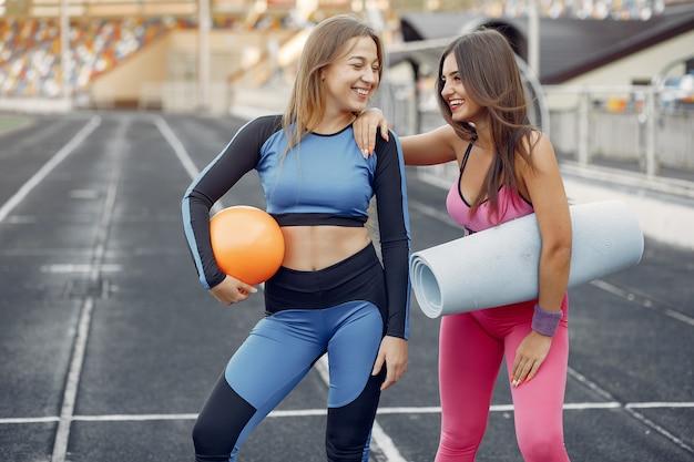 Mette in mostra le ragazze in un allenamento uniforme allo stadio Foto Gratuite