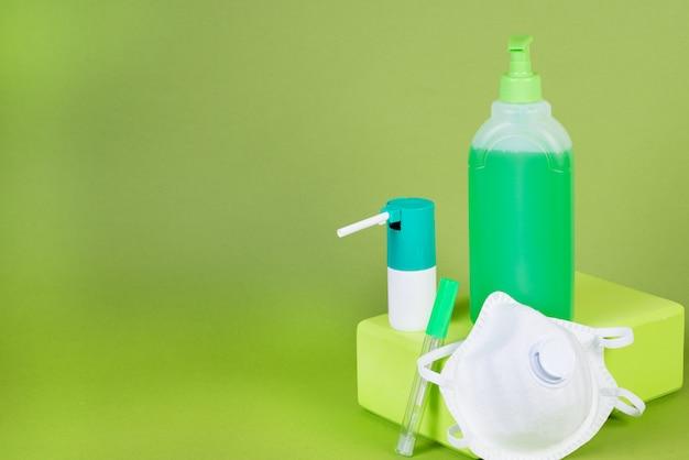 Mezzi preventivi per la protezione da virus e infezioni, mascherina medica, termometro, gel disinfettante e spray Foto Premium