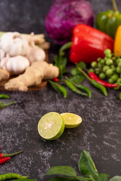 Mezzo limone a terra, con foglie di lime kaffir, peperoncini e zenzero. Foto Gratuite