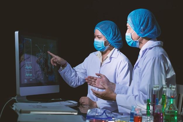 Microbiologi asiatici conclusi nella discussione Foto Gratuite