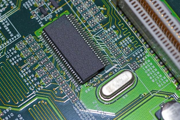Microchip, radioelementi, processore sulla scheda elettronica, scheda madre Foto Premium