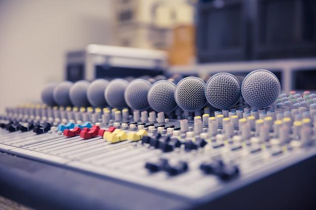 Microfoni e mixer audio nella control room Foto Premium