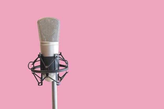 Microfono a condensatore con sfondo rosa Foto Premium