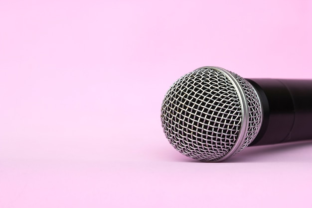 Microfono d'argento vocale senza fili per registrazioni audio, karaoke Foto Premium