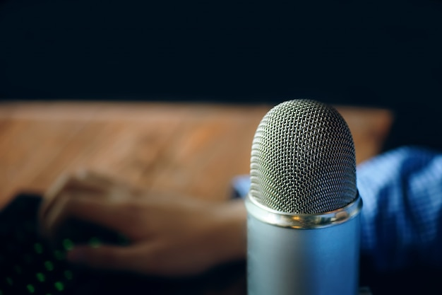 Microfono da studio podcast Foto Premium