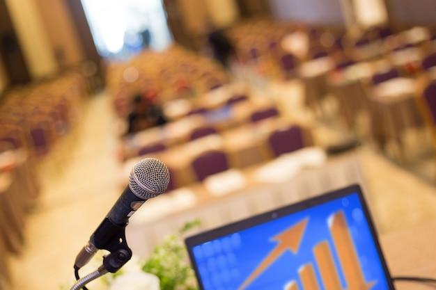 Microfono nella sala conferenze o nella sala per seminari Foto Premium