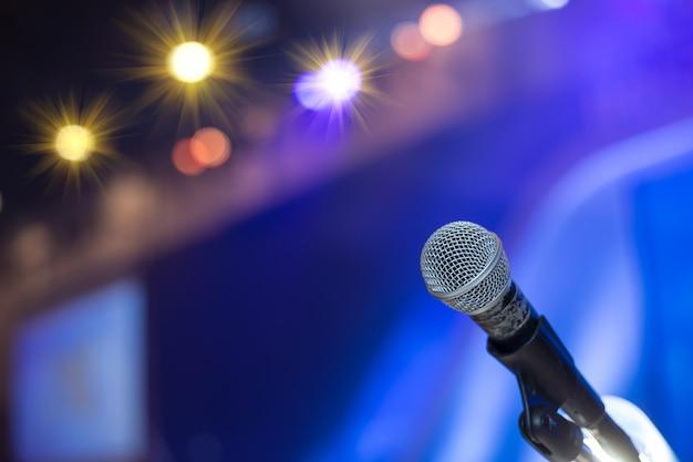 Microfono nella sala conferenze o sullo sfondo della sala seminario. sala riunioni, seminario, evento, affari, sala, presentazione, esposizione Foto Premium