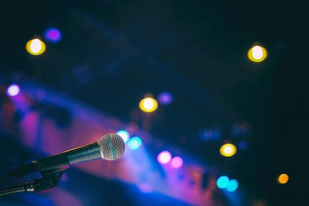 Microfono nella sala conferenze o sullo sfondo della sala seminario Foto Premium