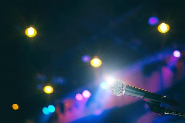 Microfono nella sala conferenze o sullo sfondo della sala seminario. Foto Premium