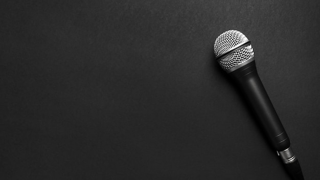 Microfono nero e argento su sfondo nero Foto Gratuite