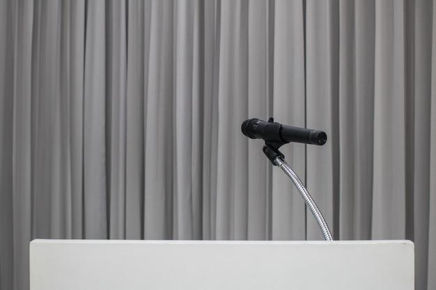 Microfono posizionato sul tavolo nella sala riunioni con copia spazio Foto Premium