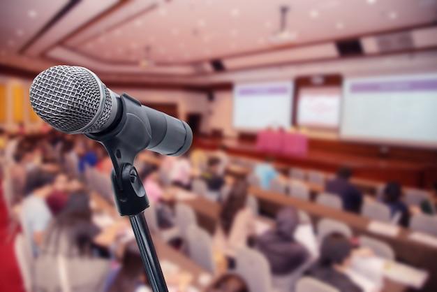 Microfono sopra la gente di affari offuscata forum riunione conferenza formazione apprendimento coaching concept, sfondo sfocato. Foto Premium