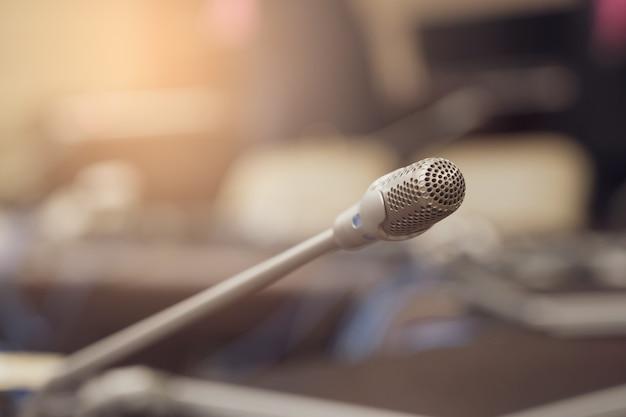 Microfono sopra la riunione del forum aziendale offuscata Foto Premium